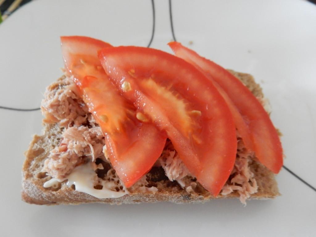 Broodje zelfgemaakte tonijnsalade met tomaat - Chez Bo