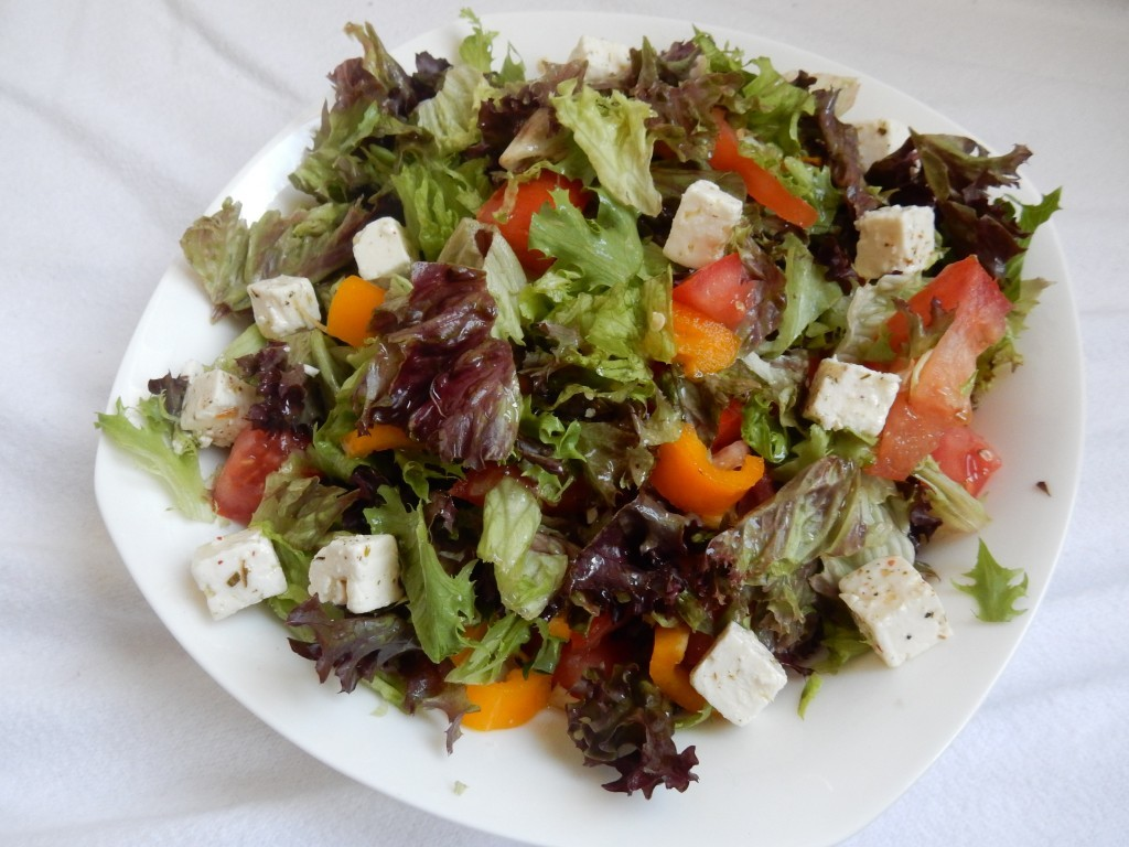Salade met tomaat, gele zoete puntpaprika en apetina - www.zo-ofzo.nl