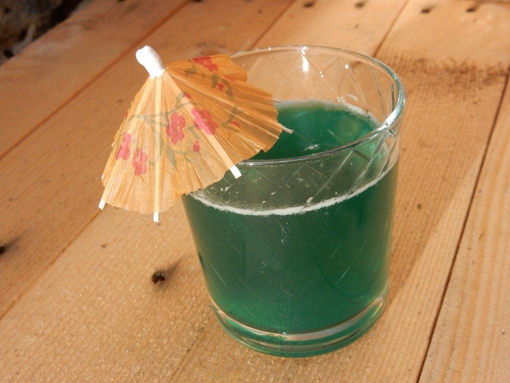 Cocktail met ananassap, blue curaçao en malibu - www.zo-ofzo.nl