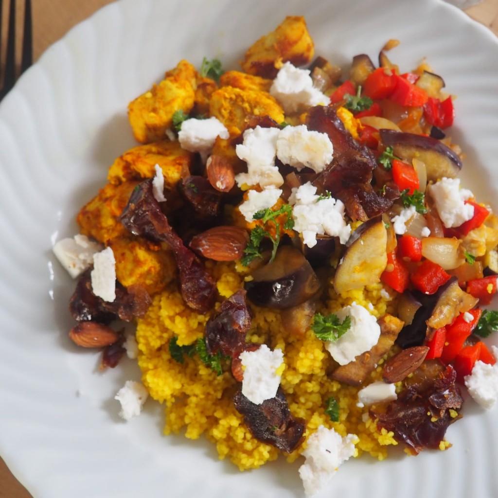 Couscous met paprika, geitenkaas, dadels en ras el hanout